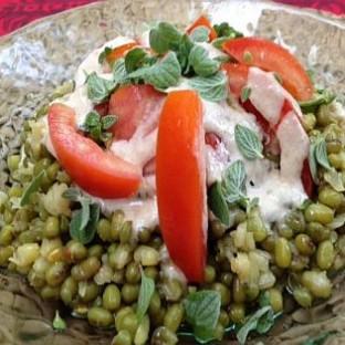 סלט מאש ירוק עם עגבניות וטחינה